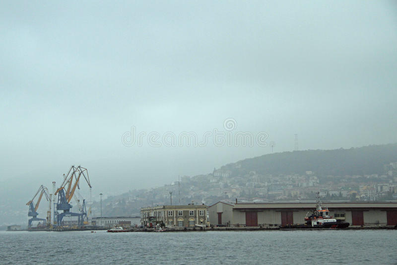 Docas e guindastes no porto em Trieste imagem de stock royalty free