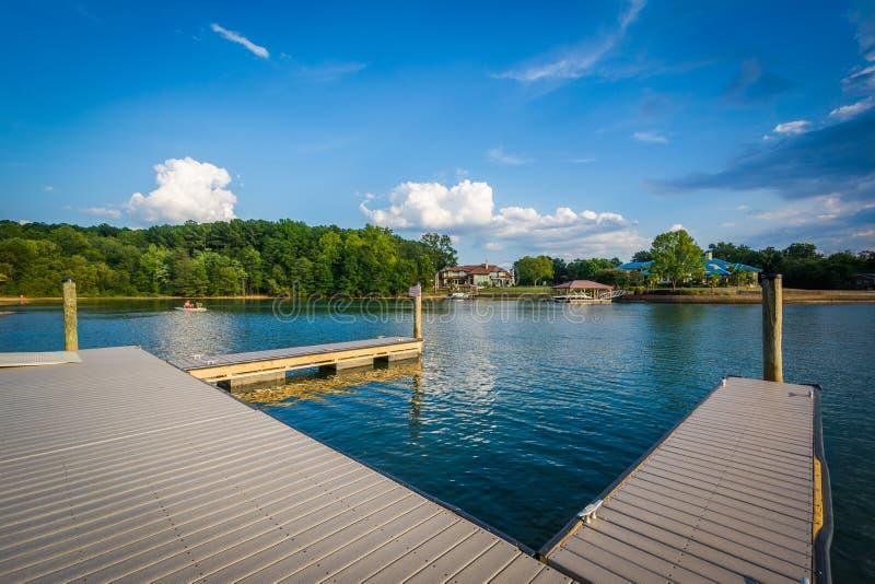 Docas na costa do normando do lago, em Ramsey Creek Park, no milho fotos de stock