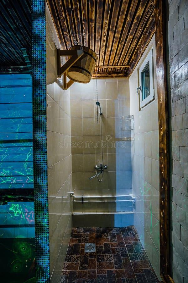 Doccia del bagno russo o della sauna con il secchio di legno con acqua fredda immagini stock libere da diritti