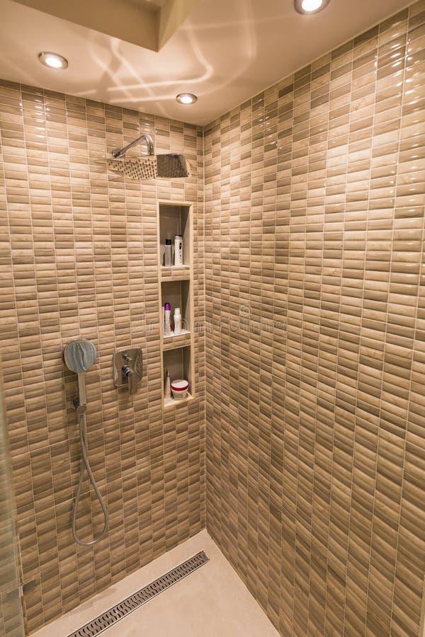 Doccia e rubinetti moderni in bagno fotografie stock libere da diritti