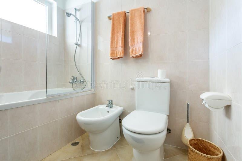 Doccia moderna del bagno con la toilette e le amenità fotografia stock