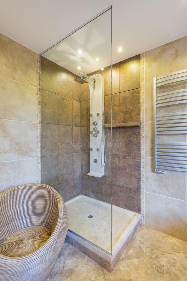 Doccia moderna in nuovo bagno immagine stock immagine di for Bagno nuovo