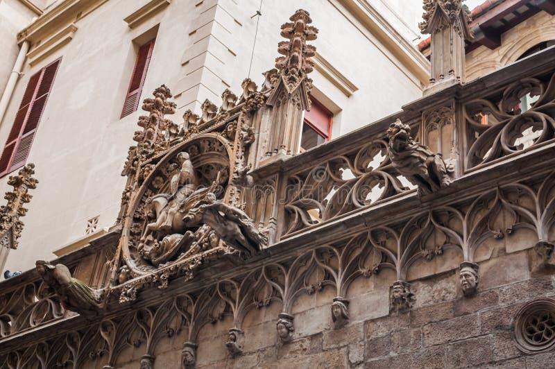 Doccioni del Carrer del Bisbe Bridge a Barcellona immagini stock