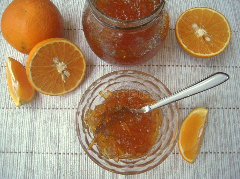 Doce alaranjado e laranjas frescas na tabela fotos de stock