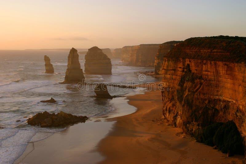Doce apóstoles en la puesta del sol foto de archivo