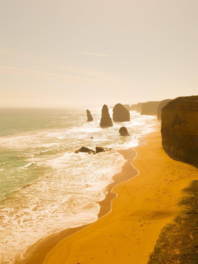 Doce apóstoles en la puesta del sol en Australia imagenes de archivo