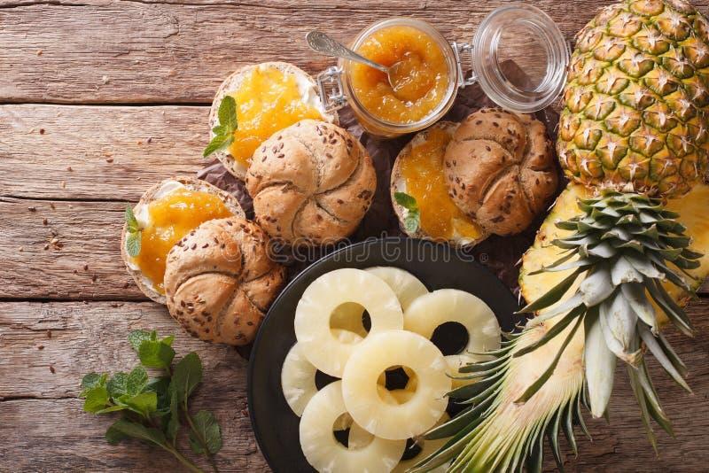 Doce caseiro do abacaxi e bolos doces em uma tabela parte superior horizontal fotografia de stock