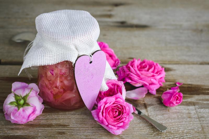 Doce com pétalas cor-de-rosa fotografia de stock