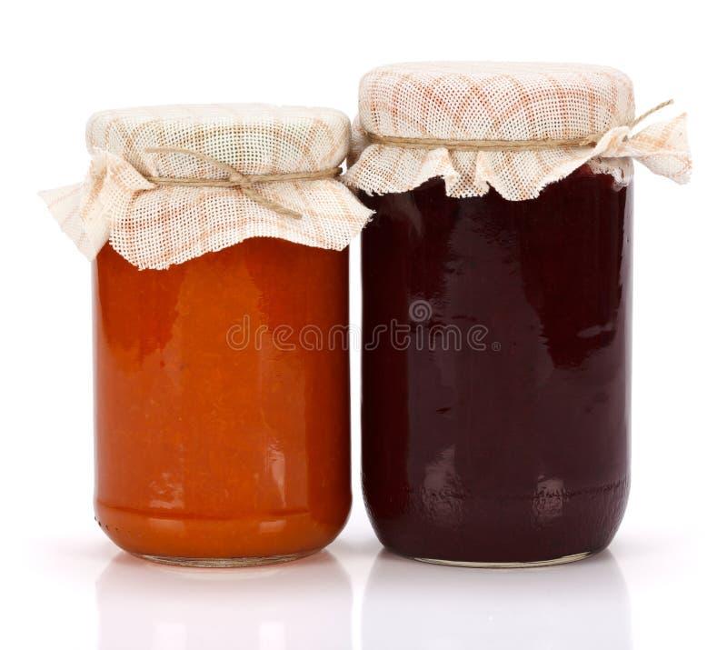Doce da ameixa e do pêssego no frasco de vidro fotografia de stock royalty free