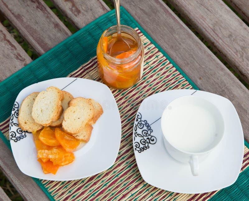 Doce de fruta caseiro da tangerina na placa de sobremesa quadrada pequena fotos de stock royalty free