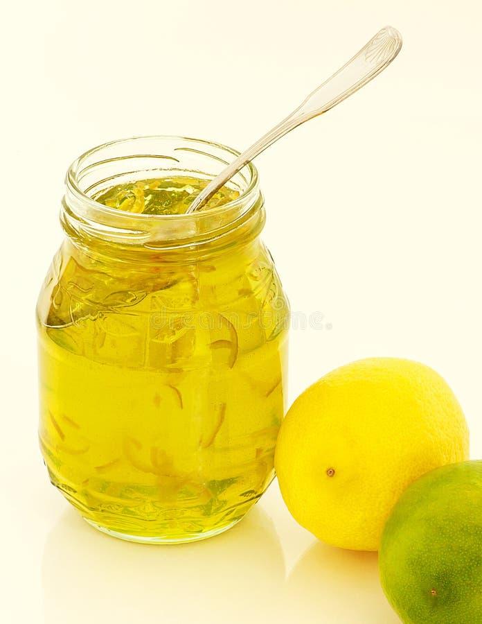 Doce de fruta do cal do limão com colher fotografia de stock royalty free