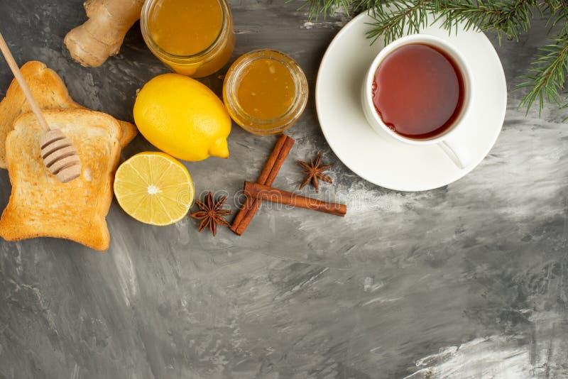Doce do limão e do gengibre com brindes e especiarias, chá e um ramo da árvore de Natal com espaço para uma inscrição O conceito  fotografia de stock royalty free