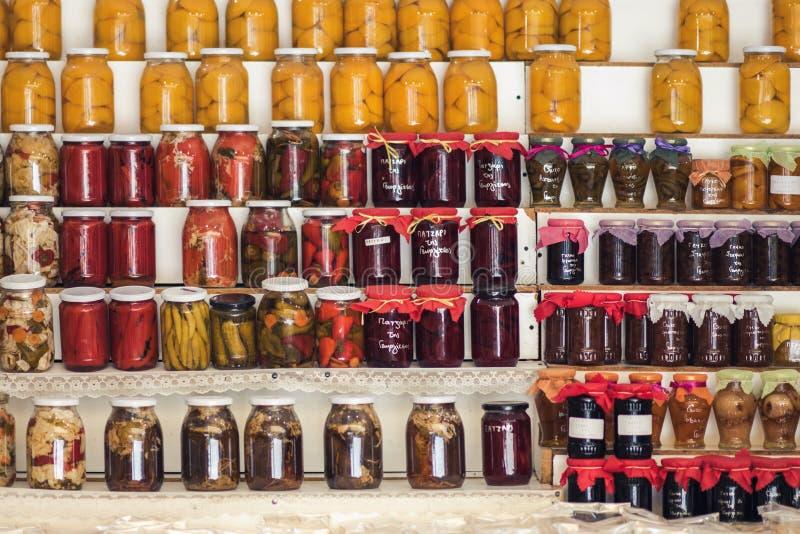 Doce e conservas alimentares caseiros gregos nas prateleiras de lojas locais fotografia de stock royalty free