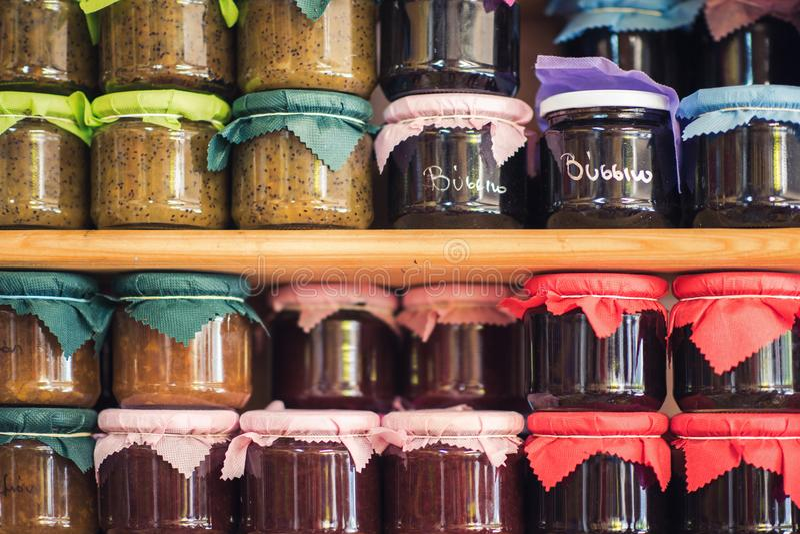Doce e conservas alimentares caseiros gregos nas prateleiras de lojas locais fotografia de stock