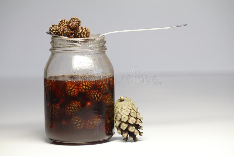 Doce incomum dos cones, criativos para a saúde presentes da floresta, pores do sol Estoques para o inverno Doces saudáveis as col imagens de stock