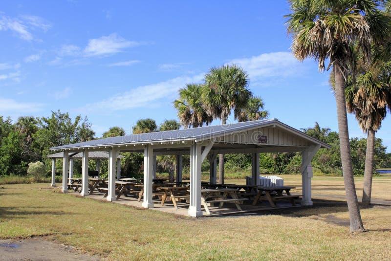 Mesas de picnic cubiertas imágenes de archivo libres de regalías