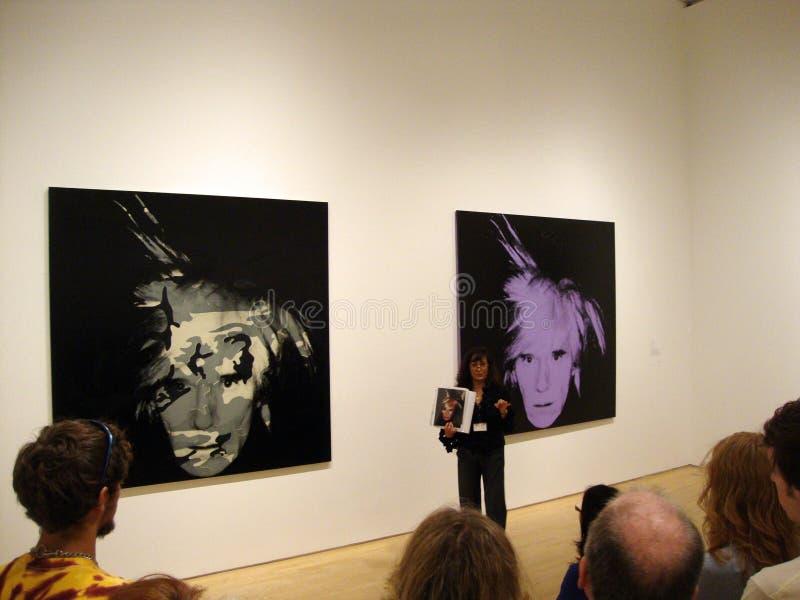 Docent MOMA spreekt over Andy Warhol zelf-portret stock fotografie