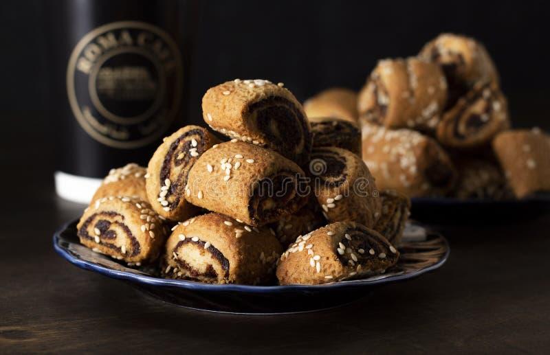 Doces árabes Arabian Qatayef, doces de Ghorayeba e biscoitos egípcios 'Kahk El Eid' Cookies da Festa Islâmica de El Fitr foto de stock royalty free