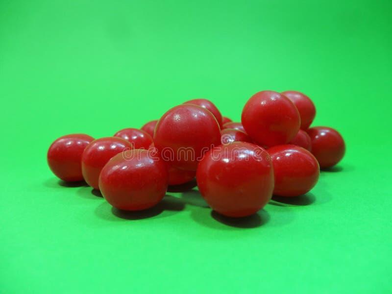 Download Doces Brilhantes Do Vermelho De Cereja Em Um Fundo Verde Imagem de Stock - Imagem de frio, copo: 107529621