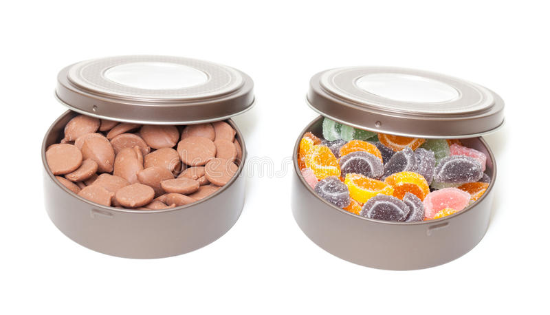 Doces coloridos da geléia e de chocolate em umas latas de estanho imagem de stock royalty free