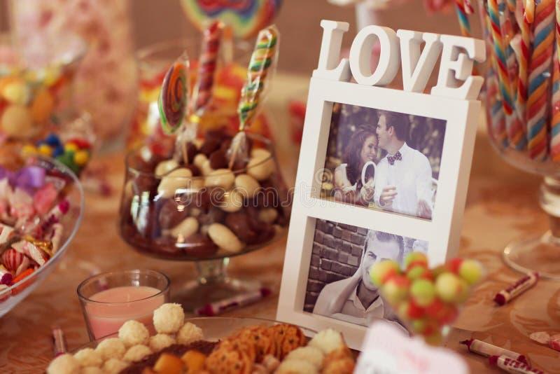 Doces coloridos do casamento dos pares do amor imagens de stock