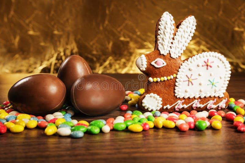 Doces coloridos, figura lebre do pão-de-espécie, ovos de chocolate foto de stock