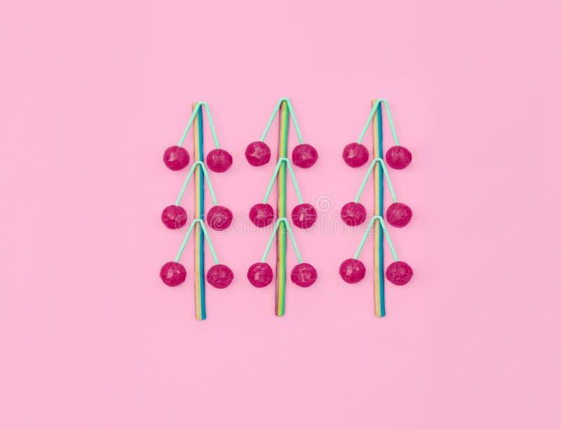 Doces coloridos sortidos no fundo cor-de-rosa fotografia de stock royalty free