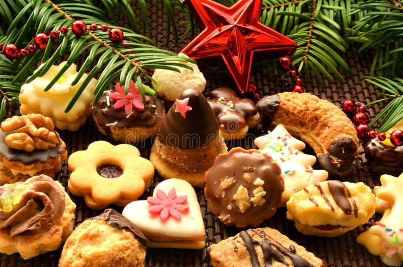 Doces, cookies e decoração do Natal fotografia de stock