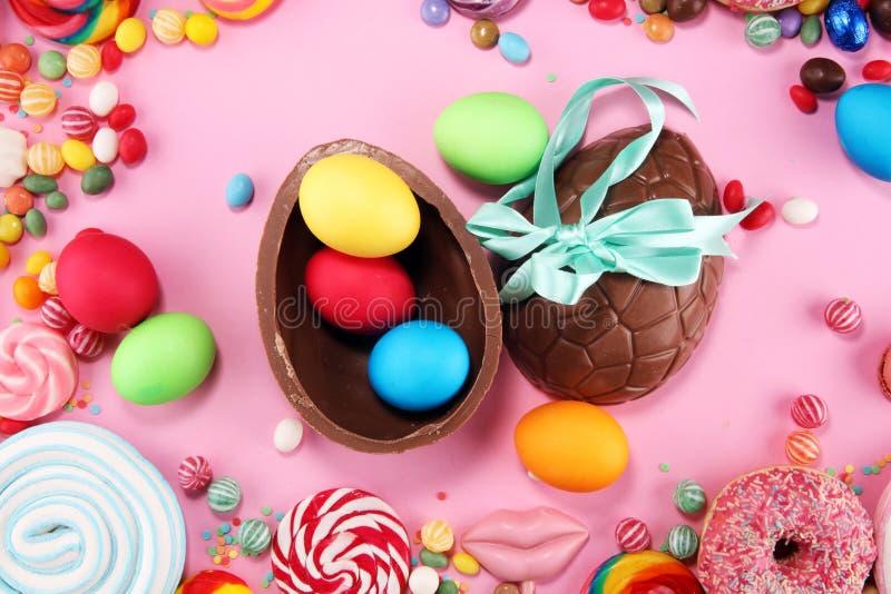 Doces da Páscoa com geleia e açúcar disposição colorida de doces e de deleites diferentes dos childs no rosa fotografia de stock royalty free