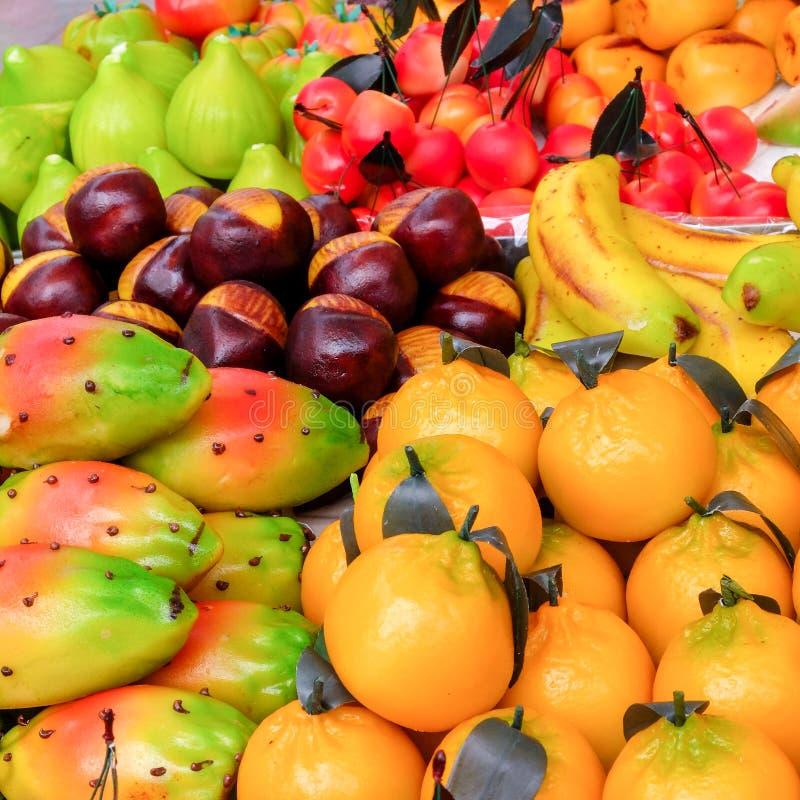 Doces dados forma fruto do maçapão fotos de stock