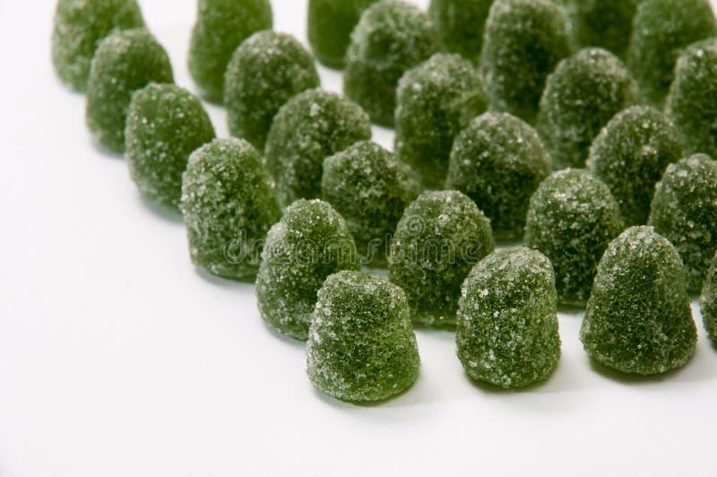 Doces de borracha verdes do mentol com açúcar fotos de stock