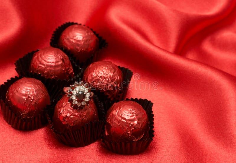 Doces de chocolate dos Valentim com um anel foto de stock royalty free
