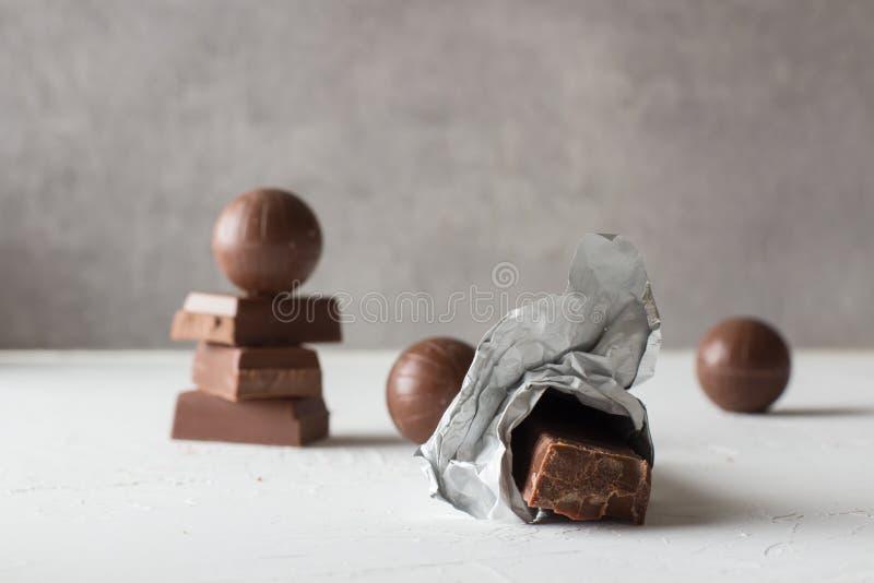 Doces de chocolate e barras mordidas fotografia de stock royalty free