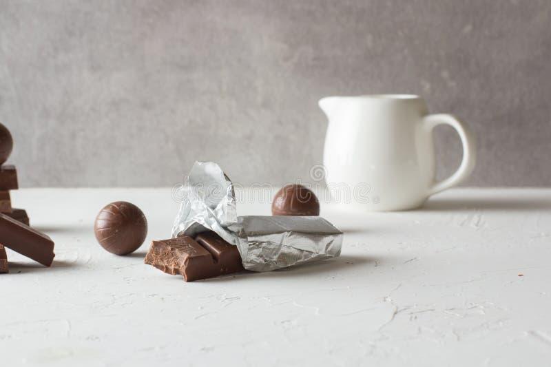 Doces de chocolate e barras mordidas imagem de stock