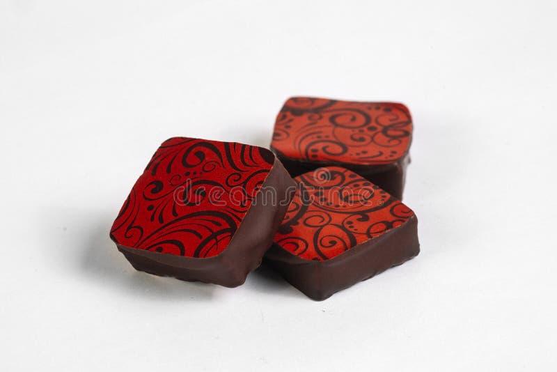Doces de chocolate feitos a mão com enchimento imagem de stock