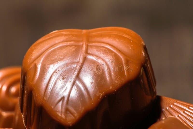 Doces de chocolate na bacia de cristal fotos de stock