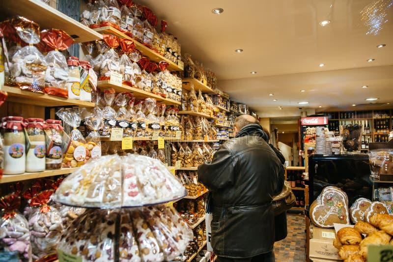 Doces de compra do Natal dos povos no mercado do Natal imagem de stock