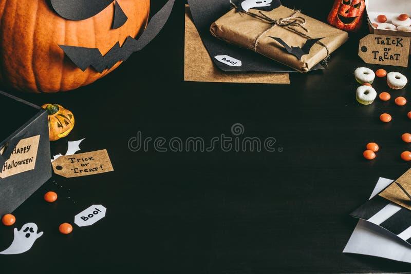 Doces de Dia das Bruxas, cartões do Dia das Bruxas e decoração feitos do papel do ofício Copie o espaço foto de stock royalty free