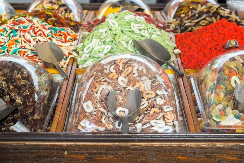 Doces de geleia de açúcar mole em sorva em exposição na feira de Natal, Winter Wonderland fotografia de stock