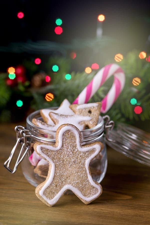 Doces de madeira Cane Vertical Festive Ton do fundo das luzes de Natal do conceito do cartão do alimento do Natal do homem de pão foto de stock
