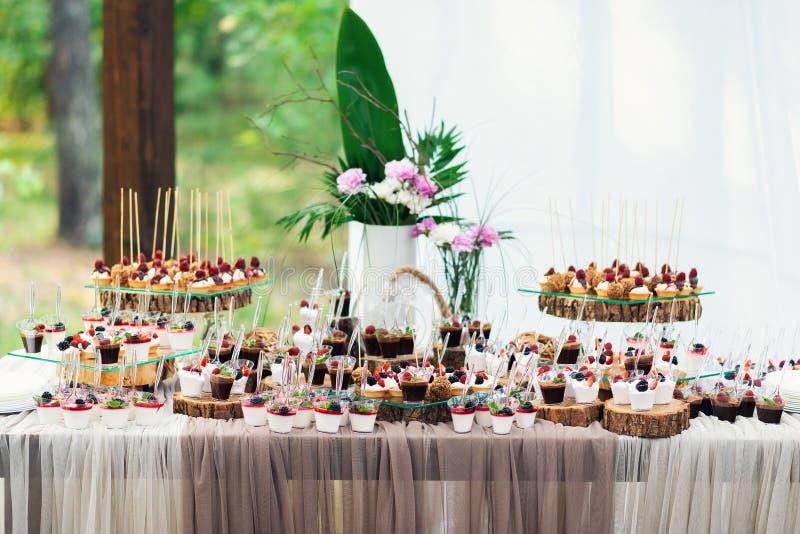 Doces deliciosos no bufete dos doces Lote de sobremesas coloridas foto de stock