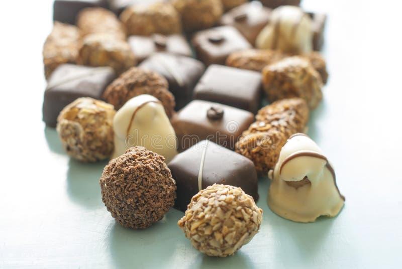 Doces do chocolate Grupo de variedade dos chocolates na tabela fotos de stock
