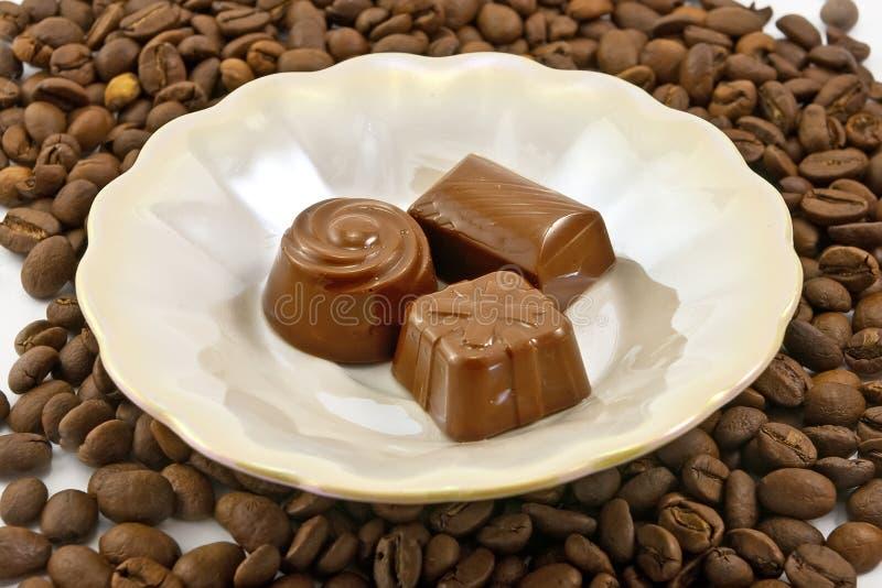 Doces do chocolate na placa imagem de stock royalty free