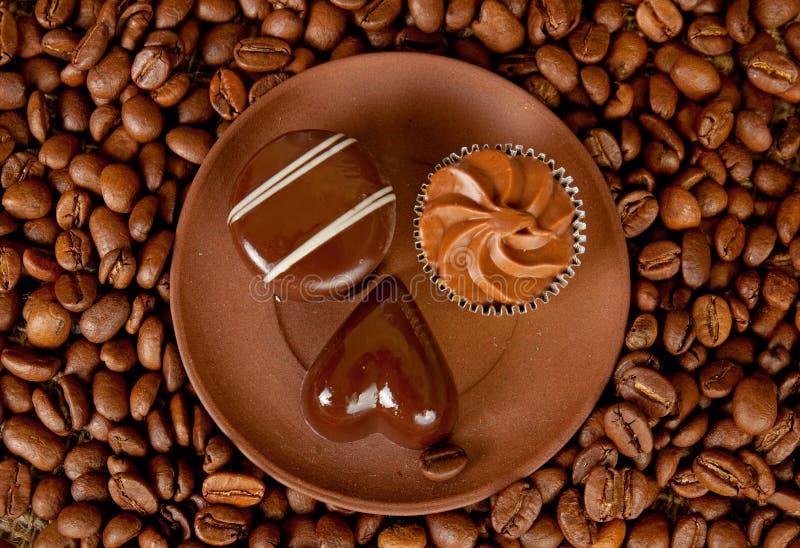 Doces do chocolate na placa imagens de stock