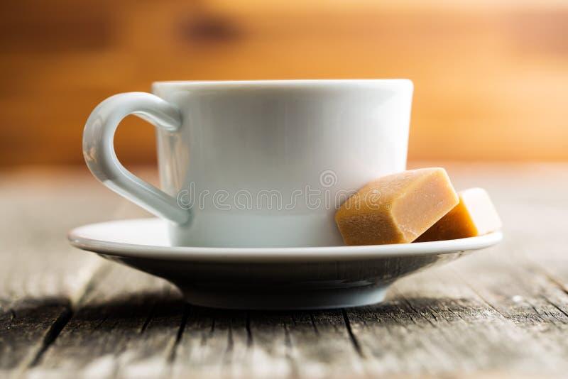Doces do copo e do caramelo de café foto de stock