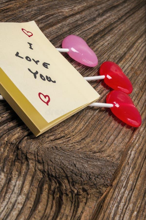 Doces do dia de Valentim, almofada da pegajoso-nota no barnwood imagens de stock