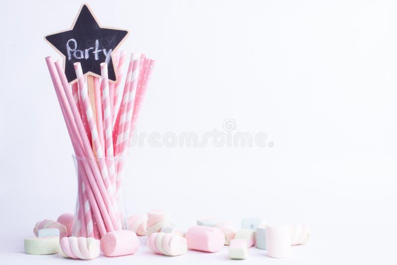 Doces do marshmallow e palhas bebendo, conceito do partido foto de stock
