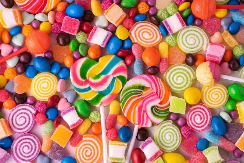 Doces dos pirulitos e doces coloridos, coloridos vista superior da geleia doce do açúcar e fim acima do fundo fotografia de stock