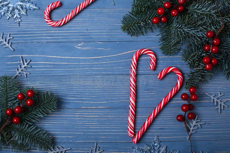 Doces e deleites do Natal na tabela Presentes doces para o childre foto de stock royalty free