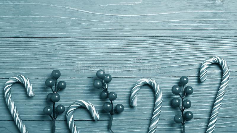 Doces e deleites do Natal na tabela Presentes doces para o childre fotos de stock royalty free